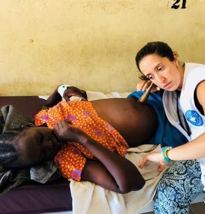 Beatriz Saboya, matrona, escucha los latidos del bebé en el hospital de Bor