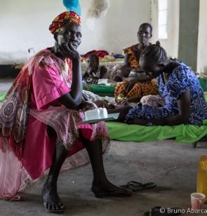 Familia en el hospital de Bor en Sudán del Sur