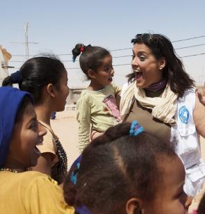 Voluntaria de Médicos del Mundo en actividad de ocio con niñas en Gaza