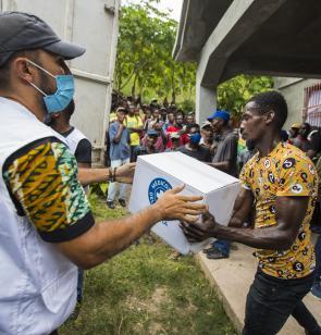 Reparto de ayuda a víctimas del terremoto de Haití