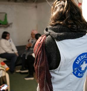 Personal de Mëdicos del Mundo atiende a personas necesitadas