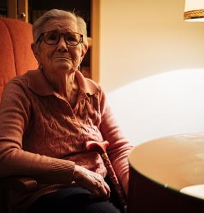Anciana en una residencia de personas mayores