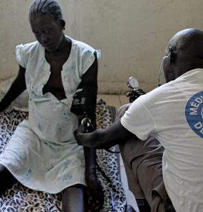 Una mujer embarazada es atendida por personal de Mëdicos del Mundo