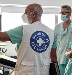 Médicos del Mundo asesora a personal sanitario de un hospital público español
