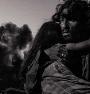 Una niña abraza a su padre mientras huyen de un bombardeo